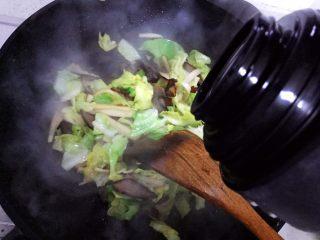 杏鲍菇包菜炒酱油肉,加适量热开水