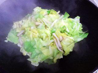 杏鲍菇包菜炒酱油肉,翻炒至包菜稍稍变软