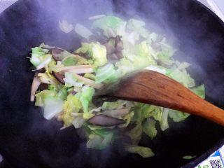 杏鲍菇包菜炒酱油肉,翻炒均匀