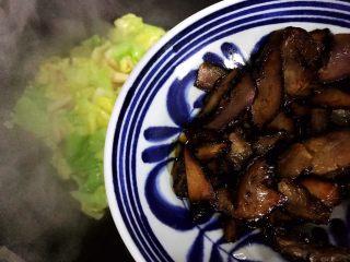 杏鲍菇包菜炒酱油肉,加入酱油肉