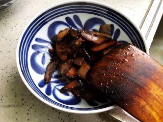 杏鲍菇包菜炒酱油肉,盛出备用