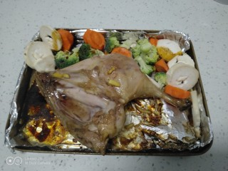 蜂蜜烤鸭腿,放入配菜,在配菜上均匀涂上盐。