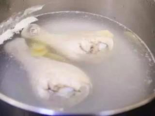 凉拌鸡丝,鸡腿放入锅,注入清水加姜片煮熟。
