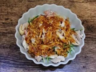 凉拌鸡丝,黄瓜丝垫底,放入手撕好的鸡肉。淋上调好的酱料。