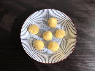 椰蓉餐包,最后加入椰蓉,拌匀平均分成6份,如果不易成型就放冰箱冷藏半小时后再取出分成6份即可
