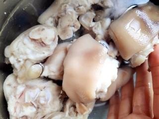 卤猪脚(无油无盐无味精鸡精),捞出洗净,泡冰水(冬天还怕没冰水吗😏)