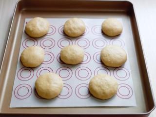 香甜松软的喜饼,放在垫好油纸的烤盘中,用收轻轻按压,并间隔距离。