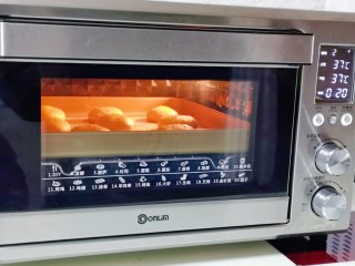 香甜松软的喜饼,放入烤箱中层37°二次发酵20分钟。