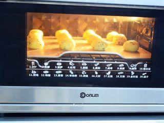 原味麻薯包,放入预热好的东菱烤箱,上下火170度,中层烤25分钟,焖2分钟再取出,如果出炉后的麻薯包会回缩,那说明烤的时间不足,要继续烘烤喔!