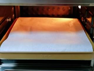 香甜松软的喜饼,发酵好的喜饼胚是原来两倍大,盖上一张油纸。