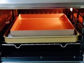 香甜松软的喜饼,再放上一个烤盘,如图。