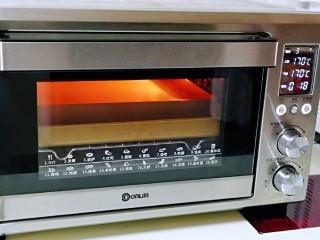 香甜松软的喜饼,上下170°烤18-20分钟。(注意观察上色情况)