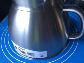 葡萄干肉桂胚芽贝果,整个手工揉面过程大概需要十来分钟,可以分三次,中间用厨师机面盆倒扣住面团让它松弛三分钟,再揉。