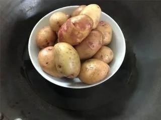 乡村小土豆,小土豆洗净后放蒸锅蒸熟。