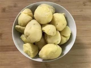 乡村小土豆,稍凉后剥去土豆皮,用刀稍压一下。