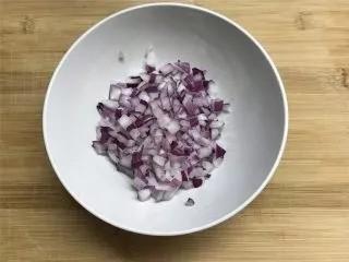 乡村小土豆,洋葱半个,剥去外皮后洗净切成小粒。