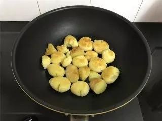 乡村小土豆,煎至两面呈金黄色盛出。