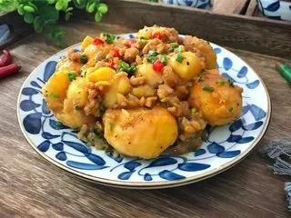 乡村小土豆,咸鲜入味,口感丰富,做法又简单的乡村小土豆出锅。
