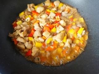 腰果炒鸡丁,然后倒入料酒,1小勺酱油,适量盐,彩椒下锅炒