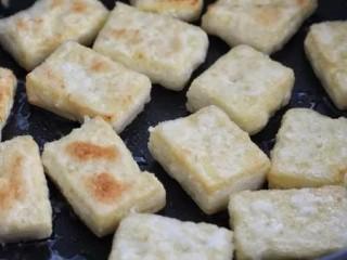 剁椒酱烧豆腐,用小火将豆腐块的两面煎成焦黄色,盛出备用