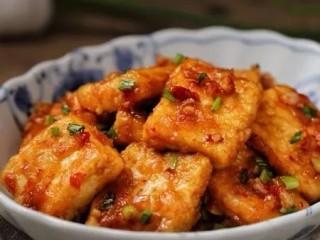 剁椒酱烧豆腐,一道色香味俱全的剁椒酱烧豆腐就做好了!