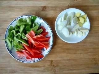 红烧鸡爪,青椒红椒洗干净切小块,葱姜蒜切片。
