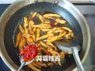 红烧鸡爪,加入清水没到鸡爪的位置,加一勺辣椒酱