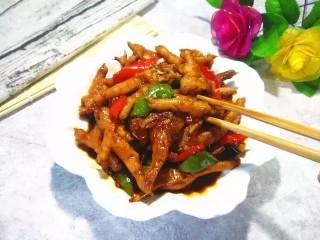 红烧鸡爪,一共煮了30分钟不到的时间,这点时间鸡爪还不是特别酥烂的状态,会比较有嚼劲,如果喜欢吃酥烂点的可以多煮一会,根据个人喜好来