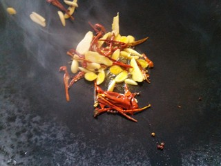 炖腊猪蹄,5.锅里放油,把调料爆香。