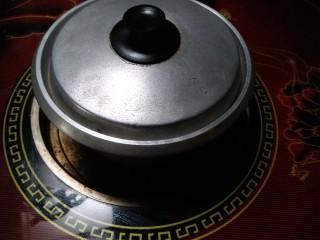 炖腊猪蹄,8.转入小锅,放在柴火炉上慢炖1小时。