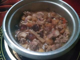 炖腊猪蹄,9.揭盖看看,太香了。肉本身是咸的,盐的量需要尝下再放。