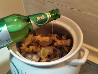 #猪年#笋烧红烧肉,两玻璃瓶啤酒。