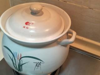 #猪年#笋烧红烧肉, 加盖小火闷煮。两个半小时。
