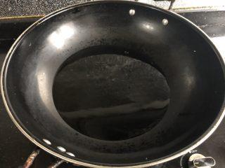 炸腰果,锅里放入多量的油,大火烧至油大概8成热。