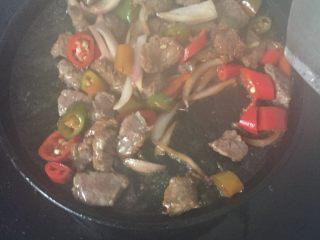 铁板牛肉,少许油倒铁板上,倒牛肉,青红辣椒炒,加入少许白糖,胡椒粉调味加少许水,熟了就好了