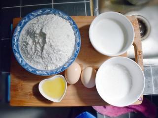 奶香葡萄干小面包(电饭锅版),准备食材。牛奶从冰箱里拿出来要温一下,或者提前放至室温。另外,葡萄干要用水洗干净,沥干水分(地方放不下了,所以葡萄干、盐这些的食材,就没上镜哦!)