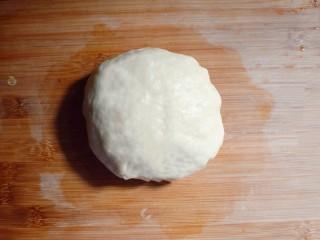 奶香葡萄干小面包(电饭锅版),取出,复揉成光滑的面团。