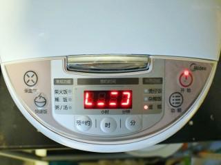 """奶香葡萄干小面包(电饭锅版),盖上盖子,按下""""蛋糕键"""",直至电饭煲自动跳闸关闭。"""