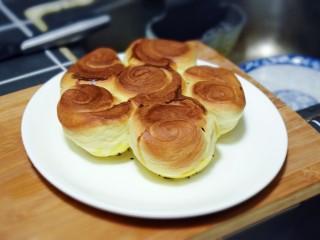 奶香葡萄干小面包(电饭锅版),取一只大盘子,轻轻的将电饭煲内胆倒扣(注意别烫着手哦),即可取出。