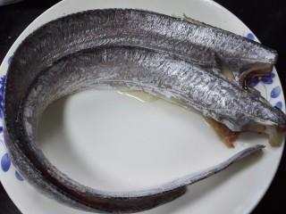 #年年有鱼#茄汁带鱼,去除头部和鱼鳍部位并清洗干净