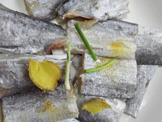 #年年有鱼#茄汁带鱼,用生姜、葱、生姜粉、黄酒将带鱼腌制十五分钟