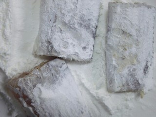 #年年有鱼#茄汁带鱼,将每块带鱼裹上一层生粉