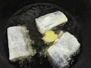 #年年有鱼#茄汁带鱼,将带鱼放入锅内煎一下