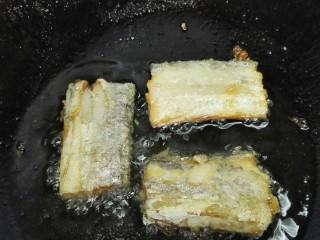 #年年有鱼#茄汁带鱼,一面煎熟翻一面继续煎,两面煎熟即可出锅