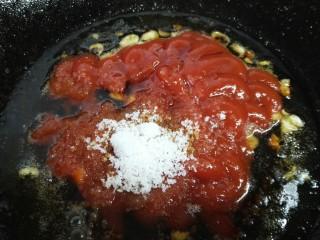 #年年有鱼#茄汁带鱼,放入适量番茄酱、生抽、白糖翻炒均匀