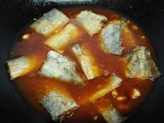 #年年有鱼#茄汁带鱼,放入带鱼加适量清水开始炖煮