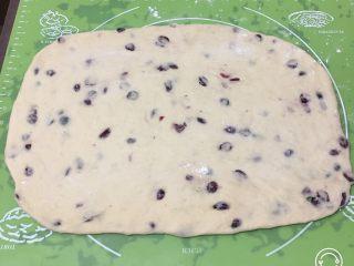 蔓越梅奶酪面包卷,将面团擀成长方形。