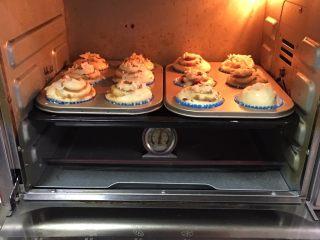 蔓越梅奶酪面包卷,烤箱预热至180度,模具送入烤箱中层,烤制20分钟。