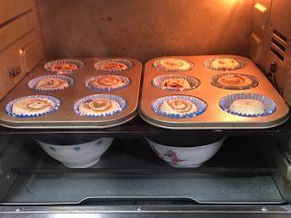 蔓越梅奶酪面包卷,送入烤箱两次发酵,方法同上也是60分钟。