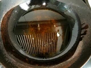 炸麻花,锅中放入适量植物油